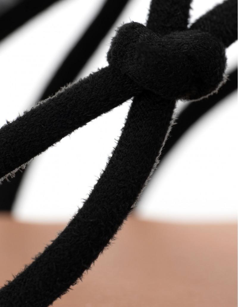 sandalias planas cordones negros